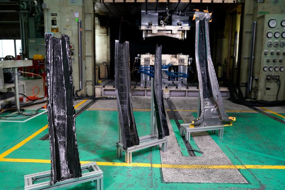 車体軽量化に向けた炭素繊維強化プラスチック(CFRP)部品の量産化技術を開発